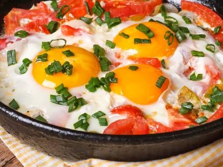 Печени яйца на очи с домати, чушки и пресен лук на фурна - снимка на рецептата